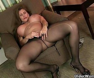 American milfs Sheila and Lacy get turned on by pantyhoseHD